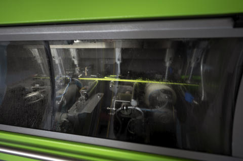 Inne i denne maskinen fra østerrikske Wintersteiger skjer slipingen av alpinskiene. Dette er presisjonsarbeid som er avgjørende når det bare er hundredeler som skiller mellom utøverne.