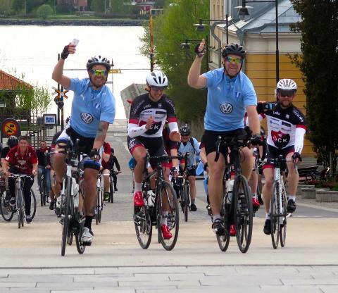 VD:n som sätter sig på cykeln till Malmö FF:s bortamatch