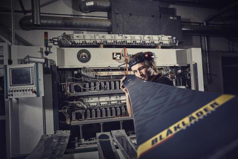 Blåkläder mit selbst designten Ski von Åre Skidfabrik