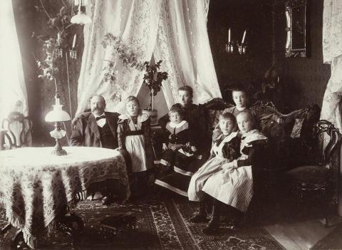 Fotogenljus inomhus. Foto ur Nordiska museets samlingar