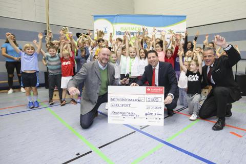 Santander spendet 2 500 Euro für den Schulsport