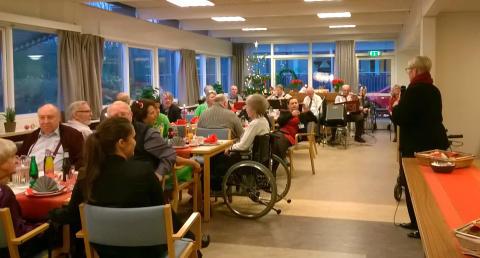 Rådmand Jette Skive(DF) taler til beboerne på Lokalcenter Bøgeskovhus