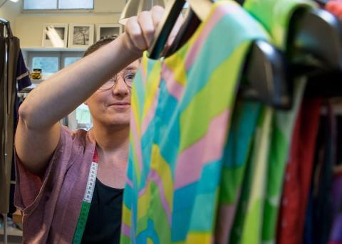 Kim Corein designar och syr kläder av second hand-tyger