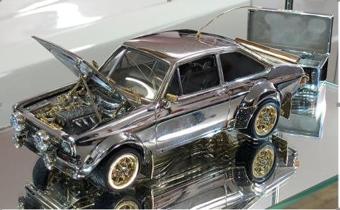En diamant- och guldbeklädd Ford Escort förväntas gå dyrt på auktion