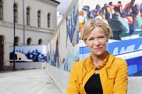 Liv Tørres foran kunstverket Mare Nostrum. Foto: Inger Marie Grini / Nobels Fredssenter