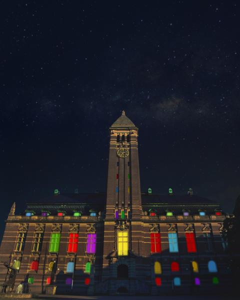 Rådhuset lyser upp för ett färgstarkt Norrköping