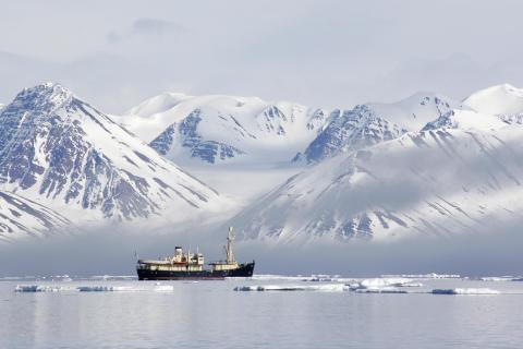 Küstenkreuzfahrt vor der imposanten Kulisse des arktischen Svalbard-Archipels