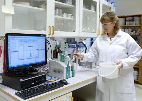 Anita Pettersson i labbet