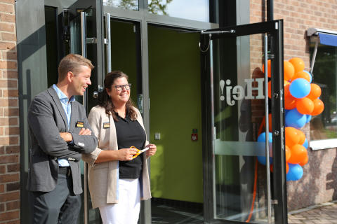 Mikael Wallström, affärsområdeschef för Erlaskolan med rektor, Maria Asplund.
