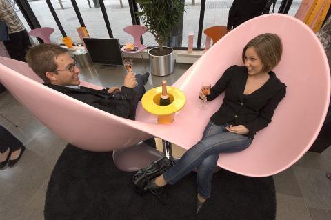 Veuve Clicquot Love Seat mingle