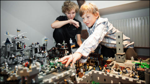 Barn tävlar med drömhus av Lego