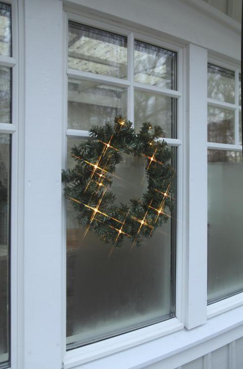 Dörrkrans med batteri & timer på fönster, strålar