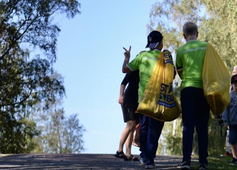 Älvstädande ungdomar letar  mikroplast