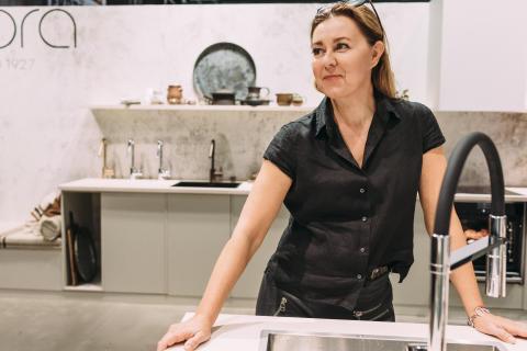 Mija Kinning hjälper besökarna att välja kran under  Bo & Bygg-mässan