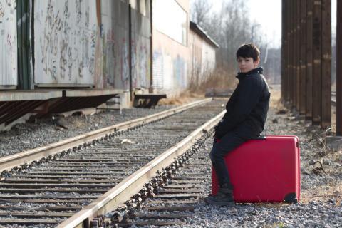 Pojke med resväska tillbaka på repertoaren