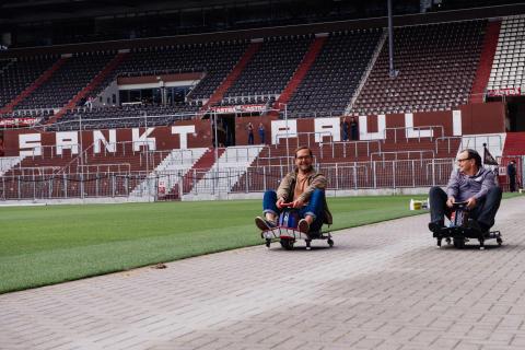 Bosse & Ewald Lienen: Mit Spaß bei der Sache - 1. soziales E-Kartrennen am Millerntor