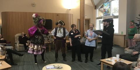 Gravesend Panto visit Day Therapy at ellenor