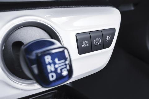 2016-toyota-prius-plug-in-hybrid-09