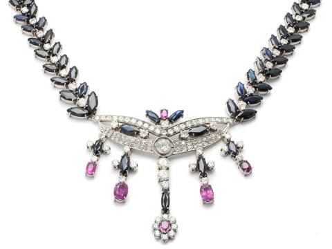 Exklusiva 20/10, Nr 150, COLLIER, 18K vitguld, ca 115 briljant-, gammal-, åttkant- och rosenslipade diamanter ca 9,50 ctv, TW-TCa/VS-SI, 61 navettslipade blå safirer ca 45,00 ctv, 6 ovalslipade rosa safirer ca 4,00 ctv