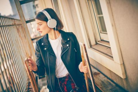 Sony_MDR-XB550AP_Weiss_Lifestyle_01