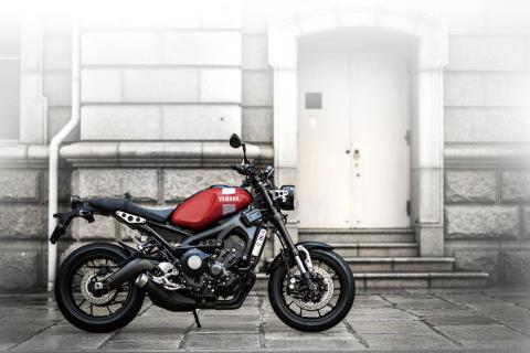 """""""Neo Retro""""ロードスポーツ「XSR900 ABS」の新色を発売 ヤマハのスポーツヘリテージモデルをイメージした鮮やかなレッドを採用"""