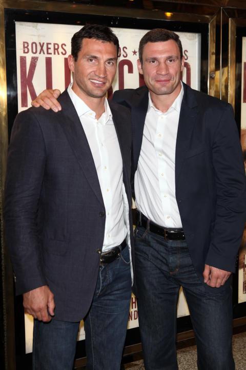 Vitali och Wladimir Klitschko samlas med fans och stjärnor i London för att fira premiären av KLITSCHKO