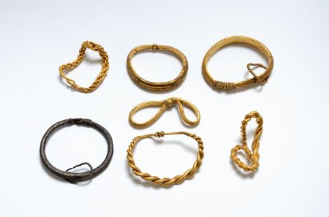 Syv armringe fra vikingetidsskatten fra Fæsted