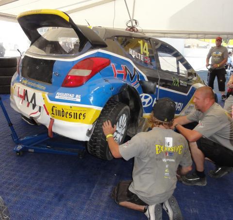 Gjestemekaniker Jomar Storlien & Co fikser ødelagt bakhjul på en halvtime!