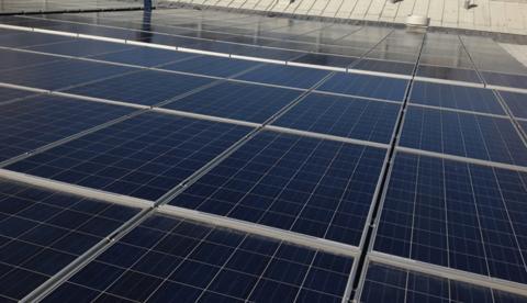 Huvudet bland molnen eller fötterna på jorden? Kom och titta på vår solcellsanläggning uppe på taket.