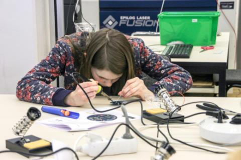 På Girls in ICT Day 2018 möter 100 unga tjejer ny teknik och yrkesroller med startupbolagen Vobling, Qinematic och den svenska elektronikbranschen
