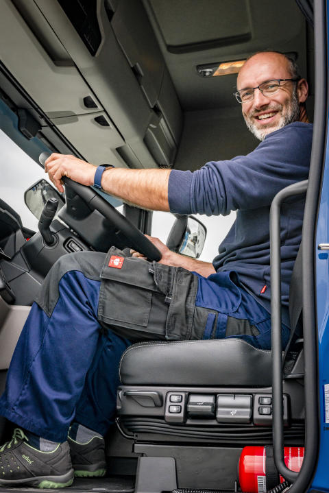 Lkw-Fahrer Thomas Schmieder im Fahrerhaus des Scania R 450 Oberleitungs-Lkw
