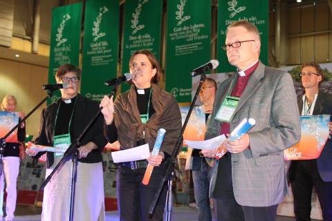 Svenskar delade ut fredskarta i Busan