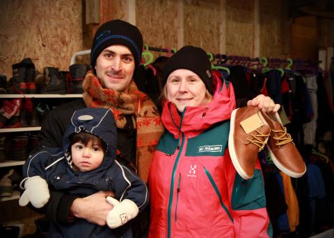 Glad blivande skoägare i Hej Främling!:s sportbutik