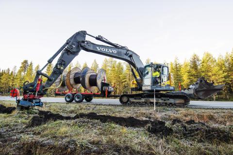 Specialutrustad Volvo ECR235C banar väg för Facebook
