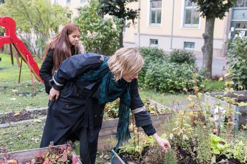 Tidligere byråd for eldre, helse og sosiale tjenester, Inga Marte Thorkildsen, får omvisning i Store Sandaker gård