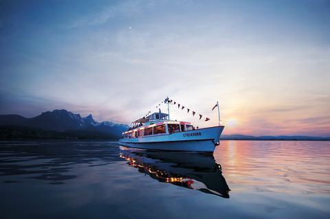 Die MS Stockhorn bei Sonnenuntergang auf dem Thunersee im Berner Oberland.  Copyright: BLS Schifffahrt