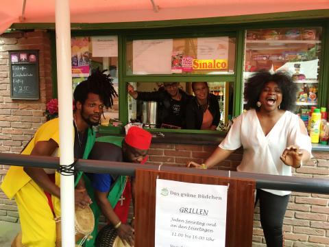 Drei Mitglieder der Otumfou Band stimmen auf ihren Auftritt am 25. August ein