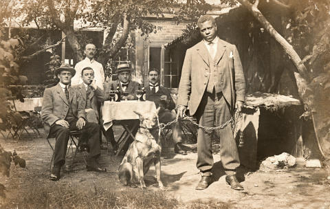 James Thompson uden for Frederiksbjerg Forsamlingsbygnings restaurant i 1914