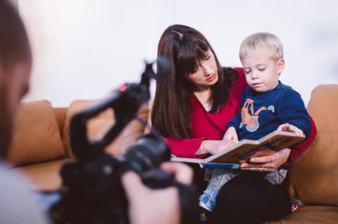Anja Landshoeft (32) mit ihrem Sohn am Set des Videodrehs