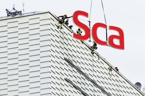 Scandic-skylt monteras med hjälp av helikopterlyft