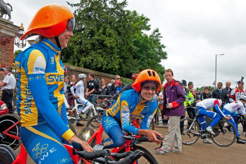 Svensk hjälmchock vid OS-cyklisternas tempolopp - Emilia Fahlin och Emma Johansson