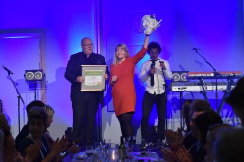 Odd Langvatn og Silje Brandvoll mottar prisen for best kundeservice i flybransen