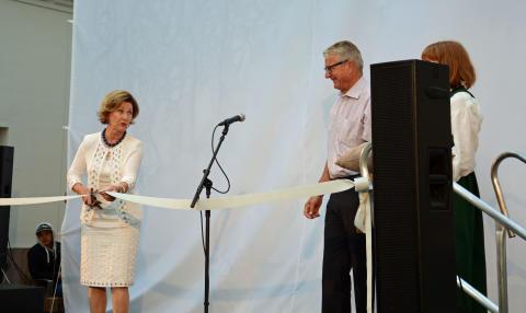 Dronning Sonja klippet snoren og åpnet skolen offisielt.