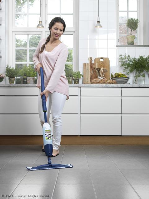 Golvet är hemmets nya fondvägg - Spray Mop i köket