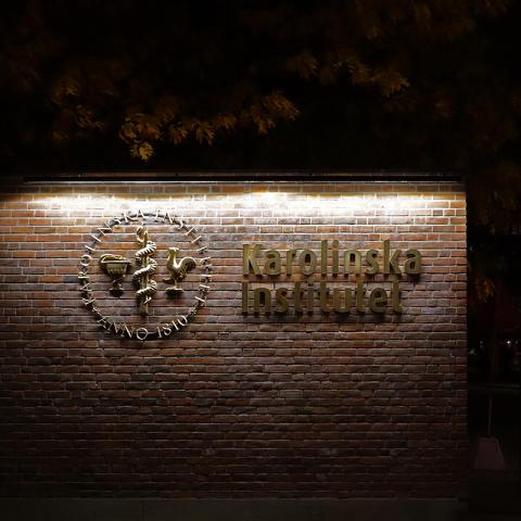 Förgyllda fasadskyltar till Karolinska Institutet