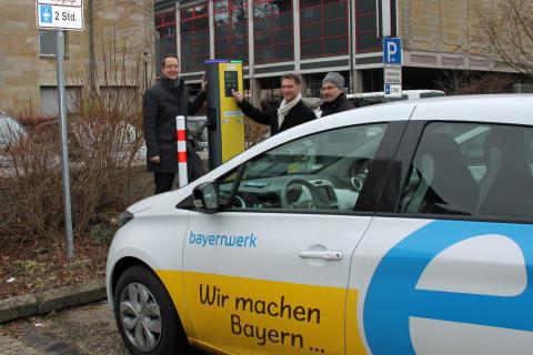 Vor dem Verwaltungsgebäude des Bayernwerks steht ab jetzt auch eine E-Ladesäule mit zwei Anschlusspunkten für die Fahrer von Elektroautos zur Verfügung.