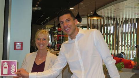 Praktikant Barakat lernt den Arbeitsalltag im ibis Hamburg Airport kennen