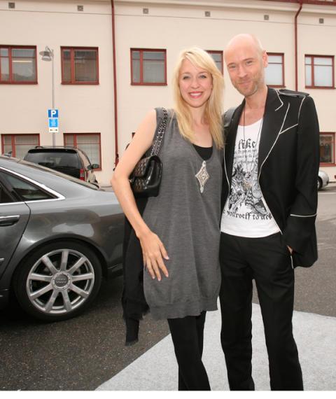 Lars Wallin & Emilia de Poiret anlände med en av VIP bilarna
