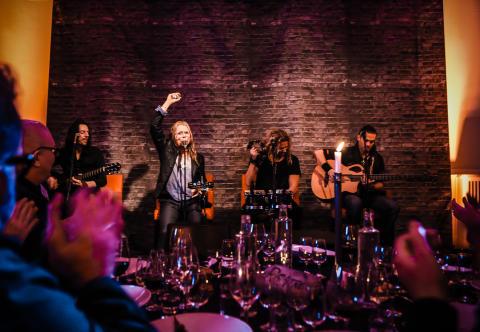 På scen; The Poodles unplugged
