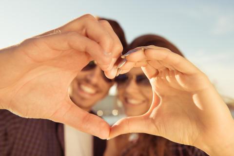 Mycket pengar ger ett bättre kärleksliv anser mer än var tredje svensk – Män och singlar ser starkast samband mellan pengar och kärlek.